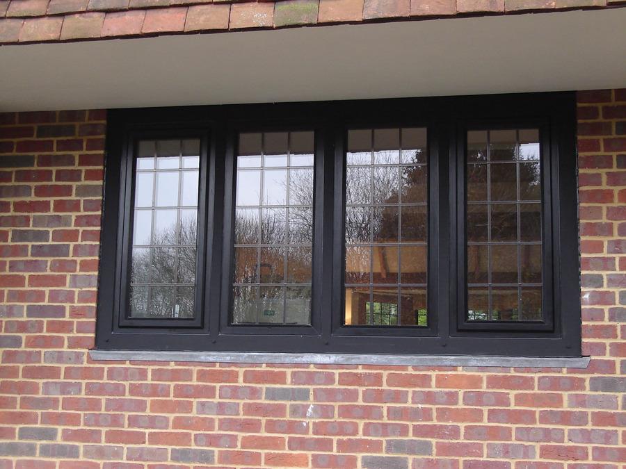 окна с перемычками фото блондинка